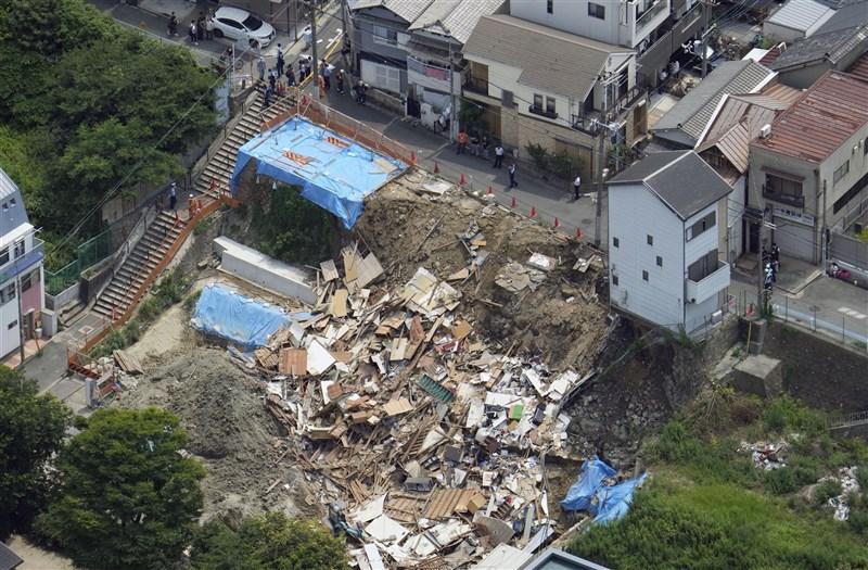 日本大阪市西成區25日有2棟位於土堤上的住宅突然相繼倒塌,所幸住宅內的居民事前聽到聲響,已逃出避難,無人受傷。(共同社)