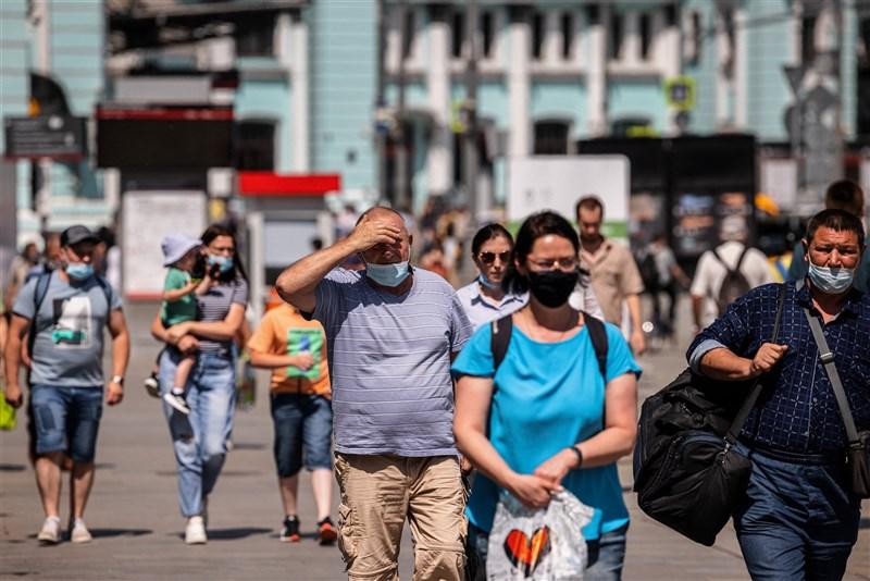 俄羅斯政府防疫小組25日通報,全俄新增2萬393起確診病例,其中7916例出現在首都莫斯科,是今年1月24日以來的單日最多確診病例。圖為21日莫斯科民眾戴口罩上街。(法新社)