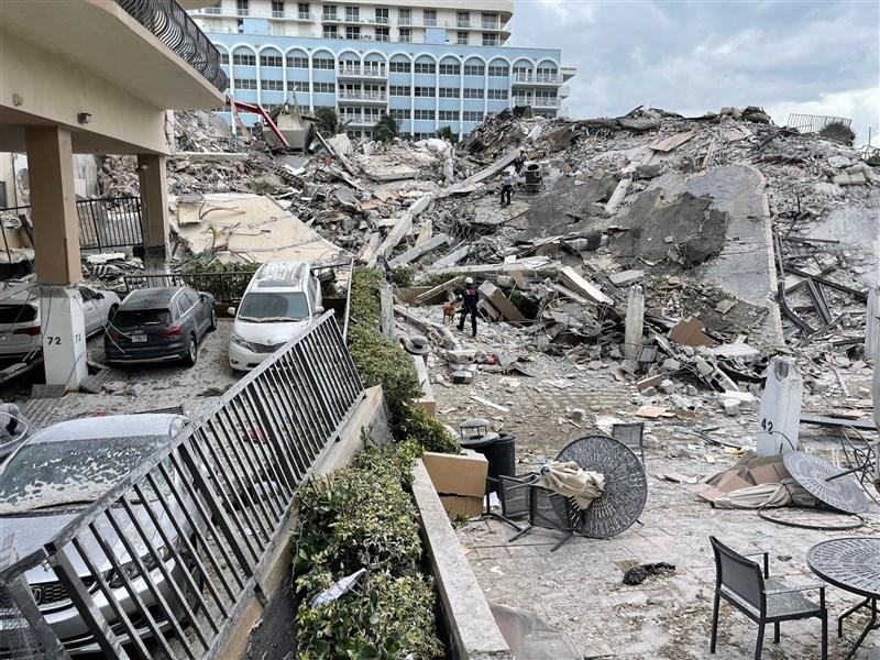 美國佛州靠近邁阿密海灘的一棟大樓部分坍塌,美聯社報導,已知死亡人數增至4人,159人仍下落不明。(圖取自twitter.com/miamidadefire)