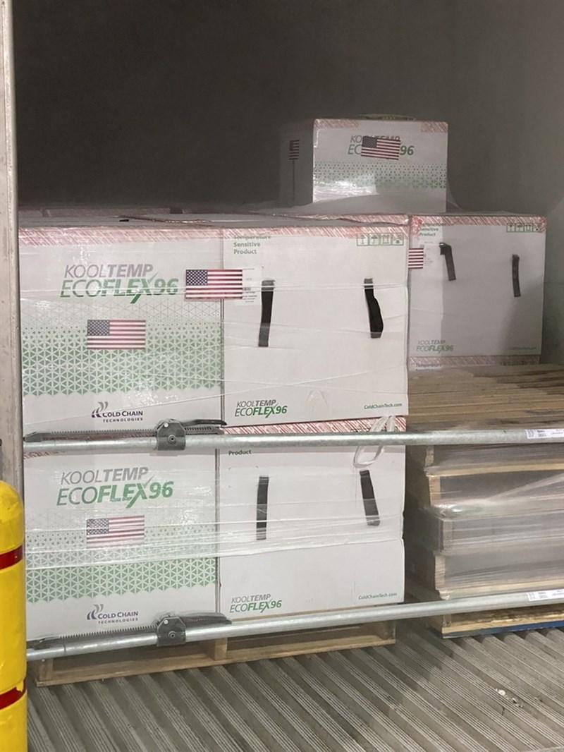 指揮中心表示,政府自購的莫德納疫苗與美國捐贈250萬劑疫苗的容量不同,為避免混淆,6月30日將先配發美國贈送的莫德納疫苗,供7月1日開打。圖為美國贈送台灣250萬劑莫德納疫苗。(駐美代表處提供)