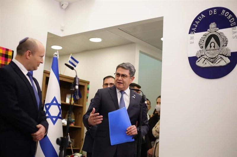宏都拉斯24日將駐以色列大使館從特拉維夫遷至耶路撒冷,成為第4個遷使館至耶路撒冷、靠攏以色列的國家。圖為24日宏都拉斯總統葉南德茲(前右)與以色列總理班奈特(左)會面。(圖取自facebook.com/juanorlandoh)