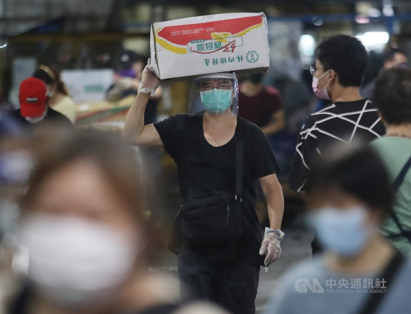 台北市長柯文哲26日表示,下週將針對北市批發市場做大規模PCR檢測,將會請衛福部醫福會執行長王必勝協助。(中央社檔案照片)