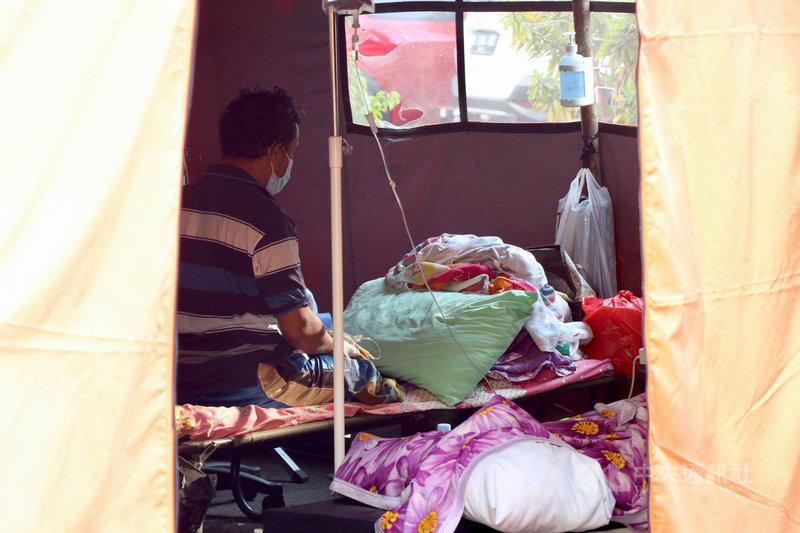 印尼疫情嚴峻,患者激增,西爪哇省勿加西縣立醫院外搭起帳篷,收治病患。圖攝於25日。中央社記者石秀娟勿加西攝 110年6月26日