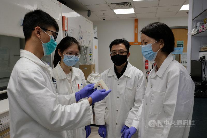 新加坡南洋理工大學化學系副教授林歆怡(右)研發TracieX呼吸檢測系統,2分鐘內就能知道是否感染COVID-19。(南洋理工大學提供)中央社記者侯姿瑩新加坡傳真 110年6月26日