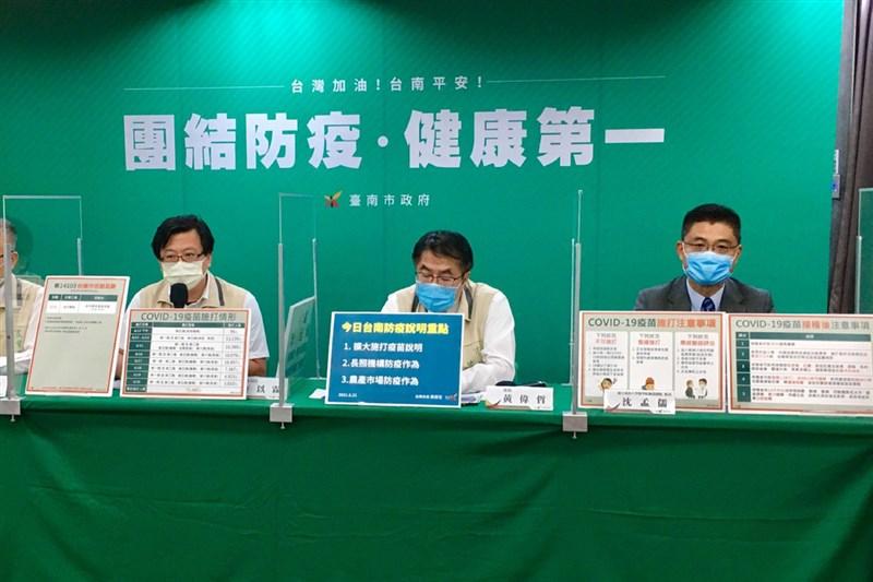 屏東2名確診感染Delta變異株個案6月中旬曾到台南,台南市長黃偉哲(中)26日表示,台南嚴陣以待,也將提供支援屏東防疫物資。(台南市政府提供)