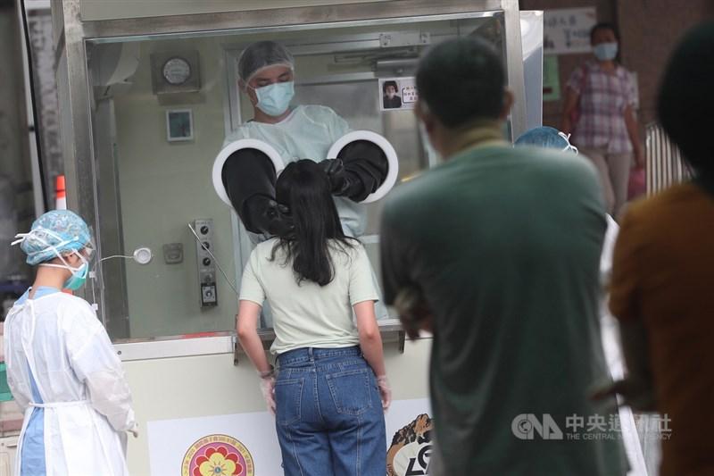 新北市家禽運銷合作社傳出一名越南籍女移工確診,市府針對相關人員約500人全面篩檢,結果陽性者給予檢疫隔離,陰性者給予接種疫苗。圖為相關人員25日下午依序等候採檢。中央社記者吳家昇攝 110年6月25日