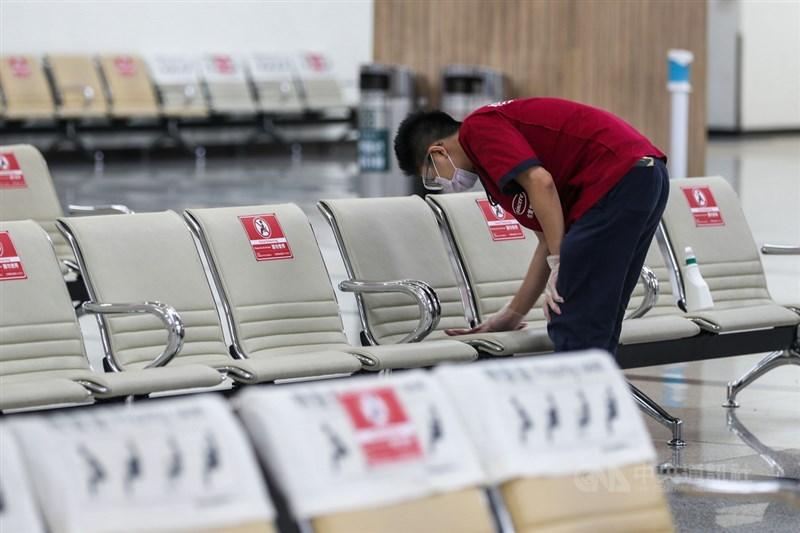 台灣25日新增76例本土病例,另增5例死亡。歐盟日前建議成員國將台灣列入安全旅遊名單,迄今包括德、法等多國已宣布對台灣解除旅遊限制。圖為台北松山機場清潔人員加強消毒座椅區。中央社記者裴禛攝 110年6月25日