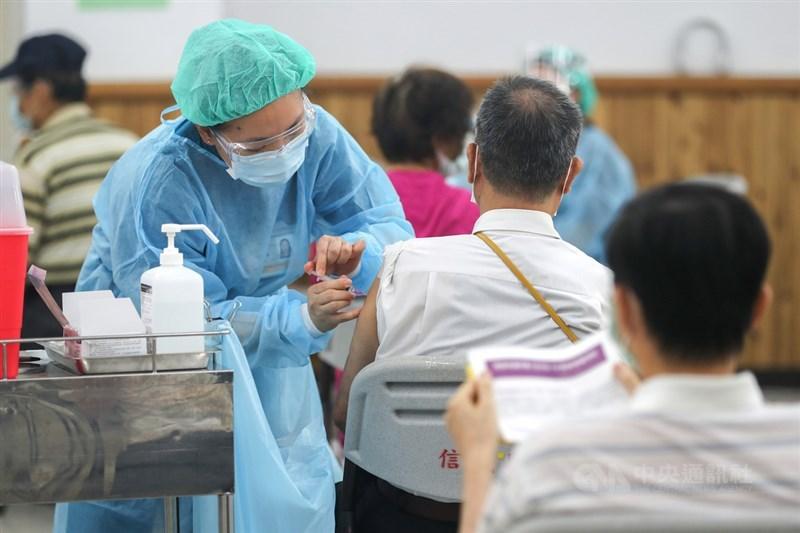 台北市長柯文哲26日表示,新一批莫德納疫苗7月1日運抵後,將於7月2日開始大規模施打。圖為台北醫學大學附設醫院24日在信義國中接種站為民眾施打AZ疫苗。(中央社檔案照片)