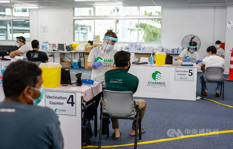 新加坡靠打疫苗及定期病毒檢測,防止移工宿舍再爆發疫情,圖為宿舍移工接種疫苗。(新加坡人力部提供)中央社記者侯姿瑩新加坡傳真 110年6月26日