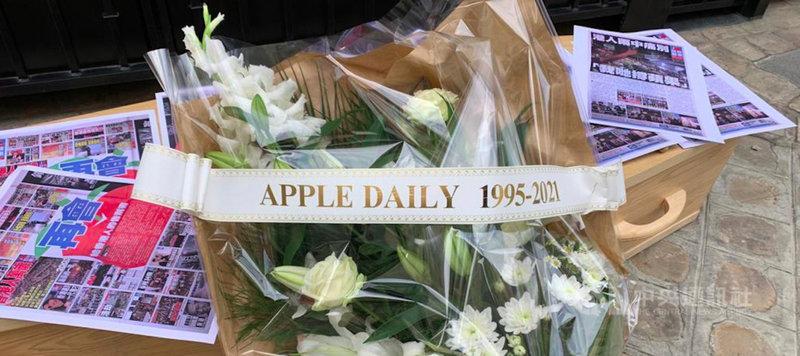 巴黎無國界記者組織代表25日乘坐靈車抵達中國大使館,將棺材和鮮花送至現場,以模擬葬禮的方式抗議,上面的標語牌寫著「蘋果日報(1995-2021)」。(RSF提供)中央社記者葉冠吟傳真  110年6月26日