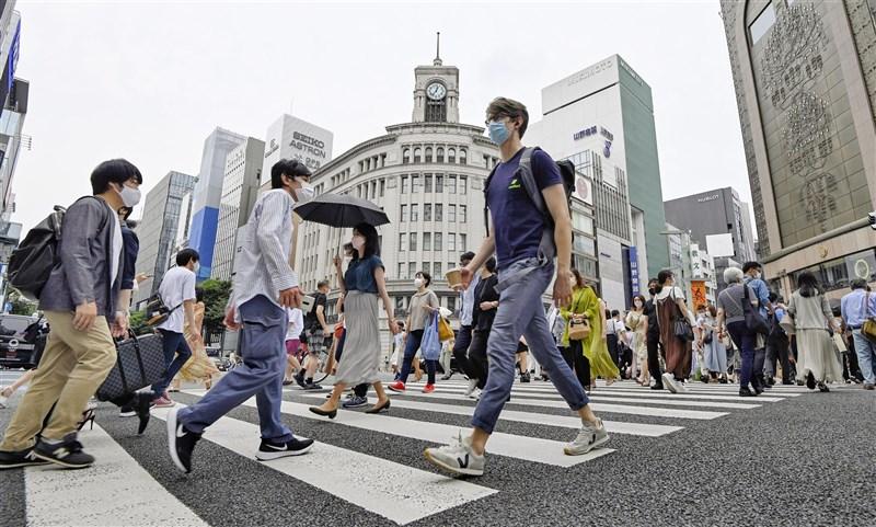 日本東京都迎來解除「緊急事態宣言」後首個週末,26日銀座街頭出現人潮。(共同社)