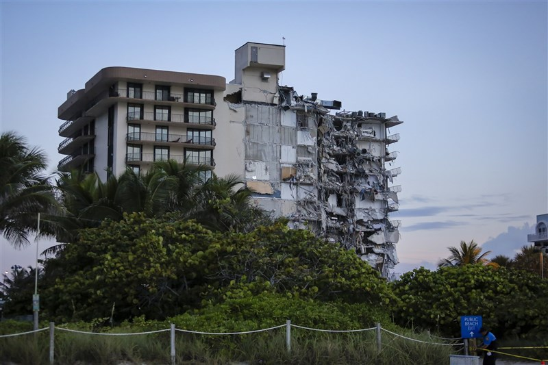 美國佛羅里達州邁阿密郊區一棟40年公寓大樓24日凌晨突然崩塌。(安納杜魯新聞社)