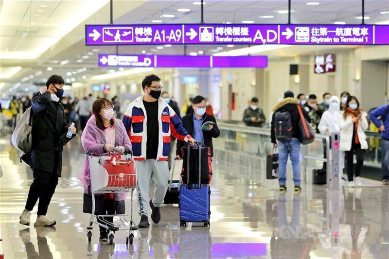 指揮中心27日晚間宣布,為因應Delta變異株,即起禁止所有入境旅客親友至機場接機,違者最高可罰新台幣15萬元罰鍰,籲民眾勿以身試法。(中央社檔案照片)