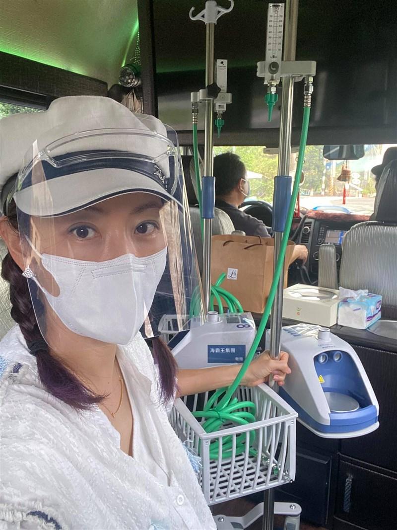 傳染力強的Delta變種病毒入侵屏東,藝人賈永婕27日搭高鐵,親自送醫療物資支援屏東4間醫院。(圖取自賈永婕的跑跳人生臉書facebook.com)