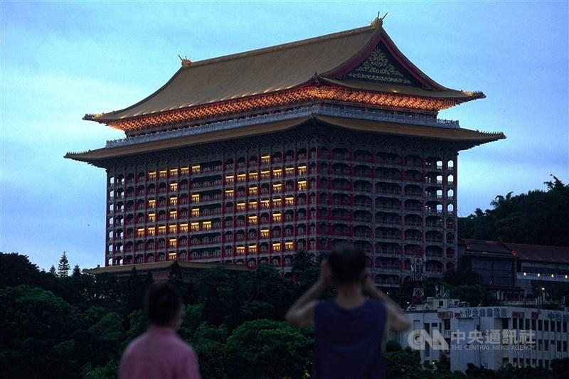 Delta變種病毒來勢洶洶,台灣在防疫上仍舊沒有鬆懈本錢。圖為台北圓山大飯店27日傍晚點燈「平安」兩字,吸引民眾駐足拍照留念。中央社記者裴禛攝 110年6月27日