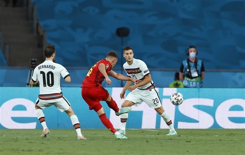 2020歐國盃16強賽27日比利時強碰葡萄牙,比利時靠著哈札德(中)踢進全場唯一進球淘汰衛冕冠軍。(圖取自twitter.com/EURO2020)