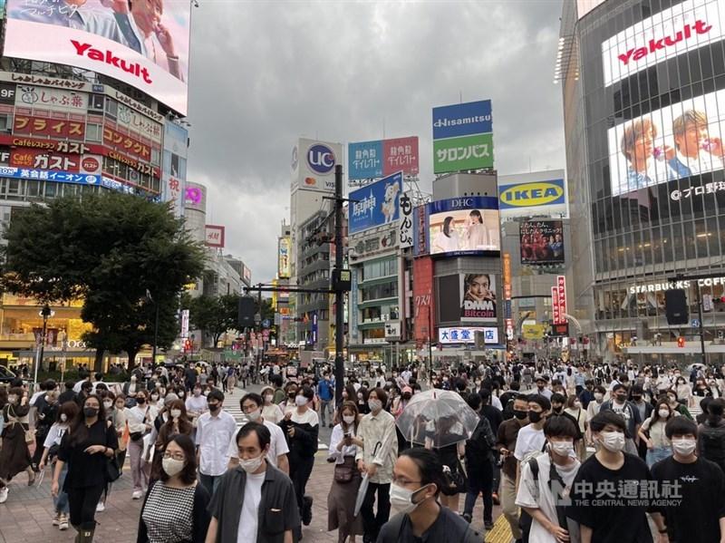 東京新增確診病例當中以年輕人的比例增大。專家憂最早在印度發現的Delta變異株肆虐,建議年輕人要儘速打疫苗。圖為27日東京澀谷鬧區。中央社記者楊明珠攝 110年6月28日