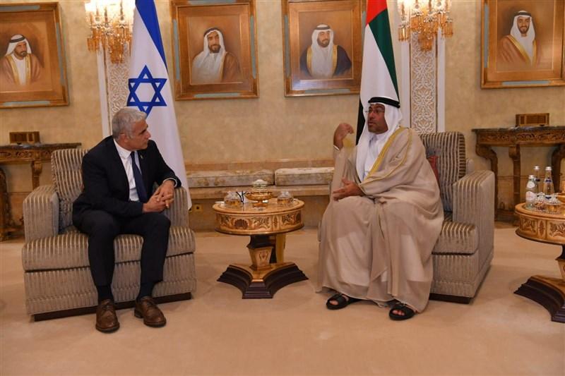 以色列外交部長拉皮德(左)29日抵達阿拉伯聯合大公國,成為以色列第一位正式訪問阿聯的部長級官員。(圖取自twitter.com/yairlapid)
