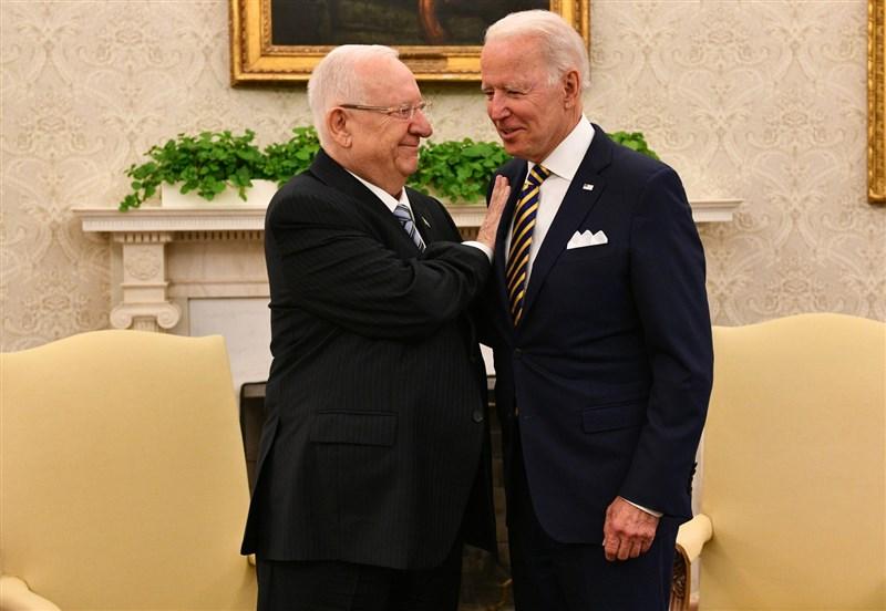 以色列總統李佛林(左)28日在白宮會晤美國總統拜登。(圖取自twitter.com/PresidentRuvi)