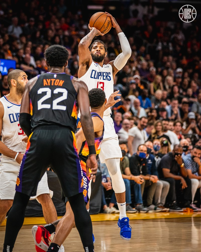 NBA西區28日決賽,喬治(手持籃球者)整場轟下生涯季後賽新高41分,領導快艇以116比102勝過太陽。(圖取自twitter.com/LAClippers)