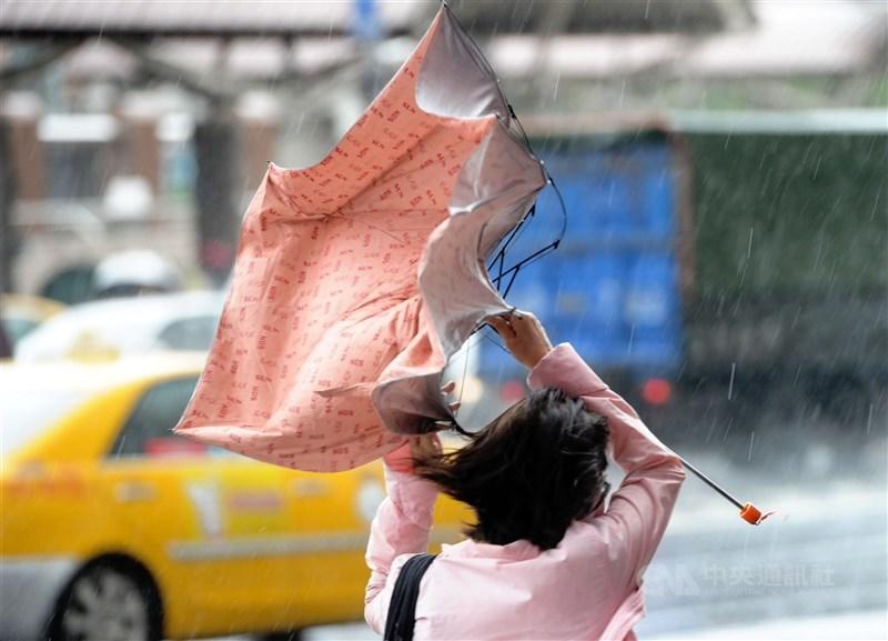 中央氣象局29日表示,預估今年下半年侵台颱風約為3至4個。(中央社檔案照片)