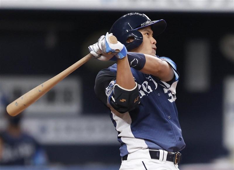 日本埼玉西武獅隊野手吳念庭28日先發出賽,6局滿壘時敲出二壘安打,送回2分。(共同社)