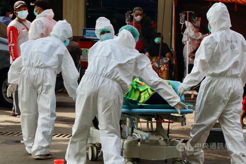 印尼30日通報新增2萬1807人確診,再創單日疫情新高,新增467人不治,是疫情後次高。印尼政府將在爪哇島及峇里島實施緊急管制措施。圖攝於30日中央社記者石秀娟勿加西攝  110年6月30日
