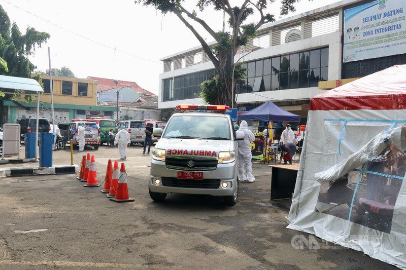 印尼疫情愈趨嚴峻,台商組成的三輪慈善基金會、駐印尼代表處、雅加達台灣工商聯誼會在30日宣布組成疫情緊急服務中心。圖為勿加西縣立醫院外,攝於30日。中央社記者石秀娟勿加西攝  110年6月30日