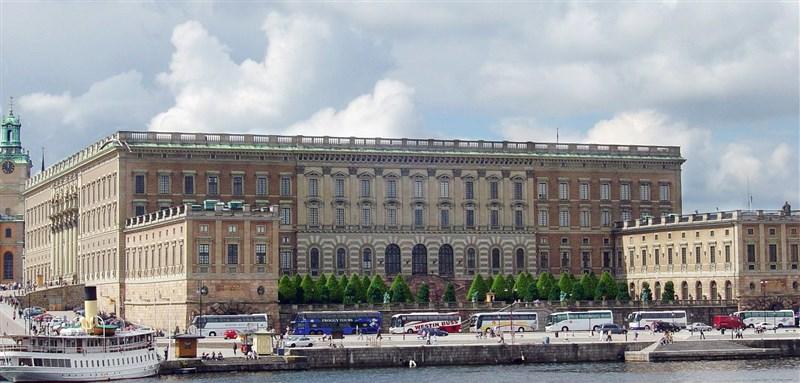 瑞典將台灣列入解封名單,台灣民眾即日起至8月31日不需特殊原因可入境瑞典,但仍需檢附48小時內的COVID-19陰性檢測證明。圖為瑞典斯德哥爾摩王宮。(圖取自維基共享資源;作者User:Sixtiz,CC BY-SA 1.0)