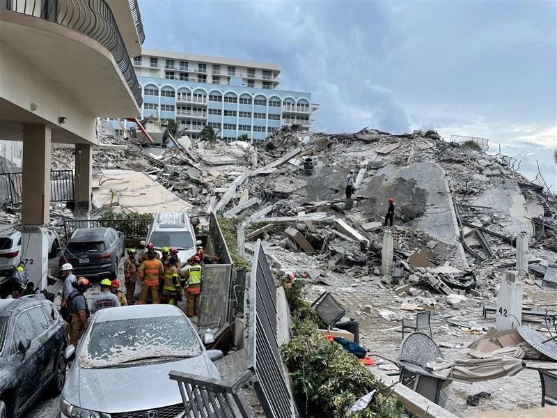 美國佛州一棟濱海公寓高樓坍塌,至今已近一週時間,搜救人員在瓦礫堆中找出生還者的機會日漸渺茫。(圖取自twitter.com/MiamiDadeFire)