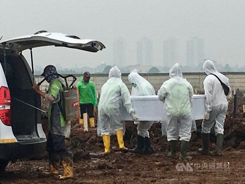 印尼疫情持續攀升,1日新增2萬4836例確診,死亡人數504人,都創下疫情後新高紀錄。圖為雅加達新闢的COVID-19往生者墓地,攝於6月24日。中央社記者石秀娟雅加達攝  110年7月1日