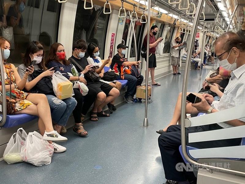 新加坡衛生部調整每日COVID-19病例通報內容,6月29日起,不再詳述每起確診個案年齡、職業及確診日期等資訊。圖為5月19日新加坡地鐵上的民眾。(中央社檔案照片)