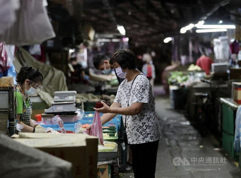 台北農產運銷公司發生COVID-19群聚感染,北市府市場處1日指出,從業人員在7日起要持PCR陰性證明,才能進果菜批發市場。(中央社檔案照片)
