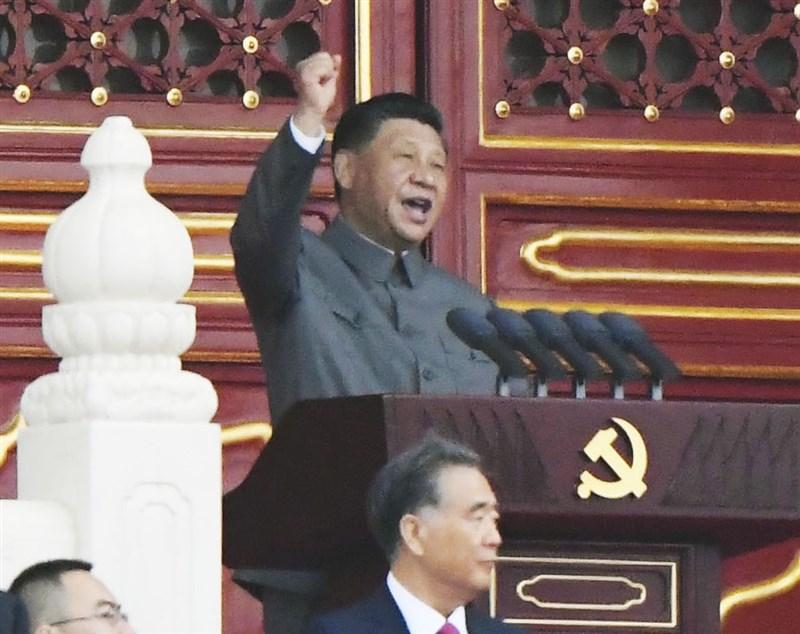 中共1日在北京天安門廣場舉行建黨百年慶祝活動,國際媒體聚焦於領導人習近平(後)談話裡的硬調。(共同社)