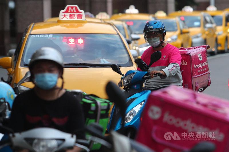 公路總局1日表示,台北市、新北市、基隆市及桃園市區的計程車、汽車貨運業、汽車路線貨運業駕駛司機及平台外送員等約9萬9000人員可在2日起開始接種疫苗。中央社記者王騰毅攝 110年7月1日