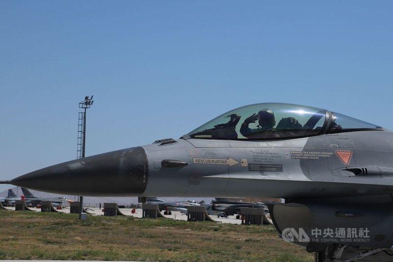 2021國際安納托利亞雄鷹演訓在土耳其康雅空軍第3主噴射機基地指揮部展開,土耳其空軍部署39架F-16戰機參演。一架F-16戰機6月30日駛出機坪準備升空。中央社記者何宏儒康雅攝 110年7月1日