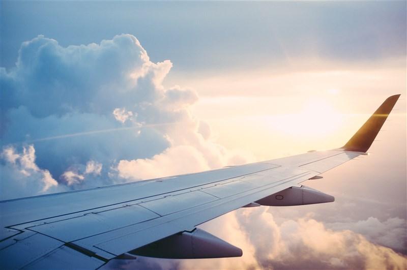 民航局1日表示,國內航空票價預估7月底漲回1年前的水準。(示意圖/圖取自Unsplash圖庫)