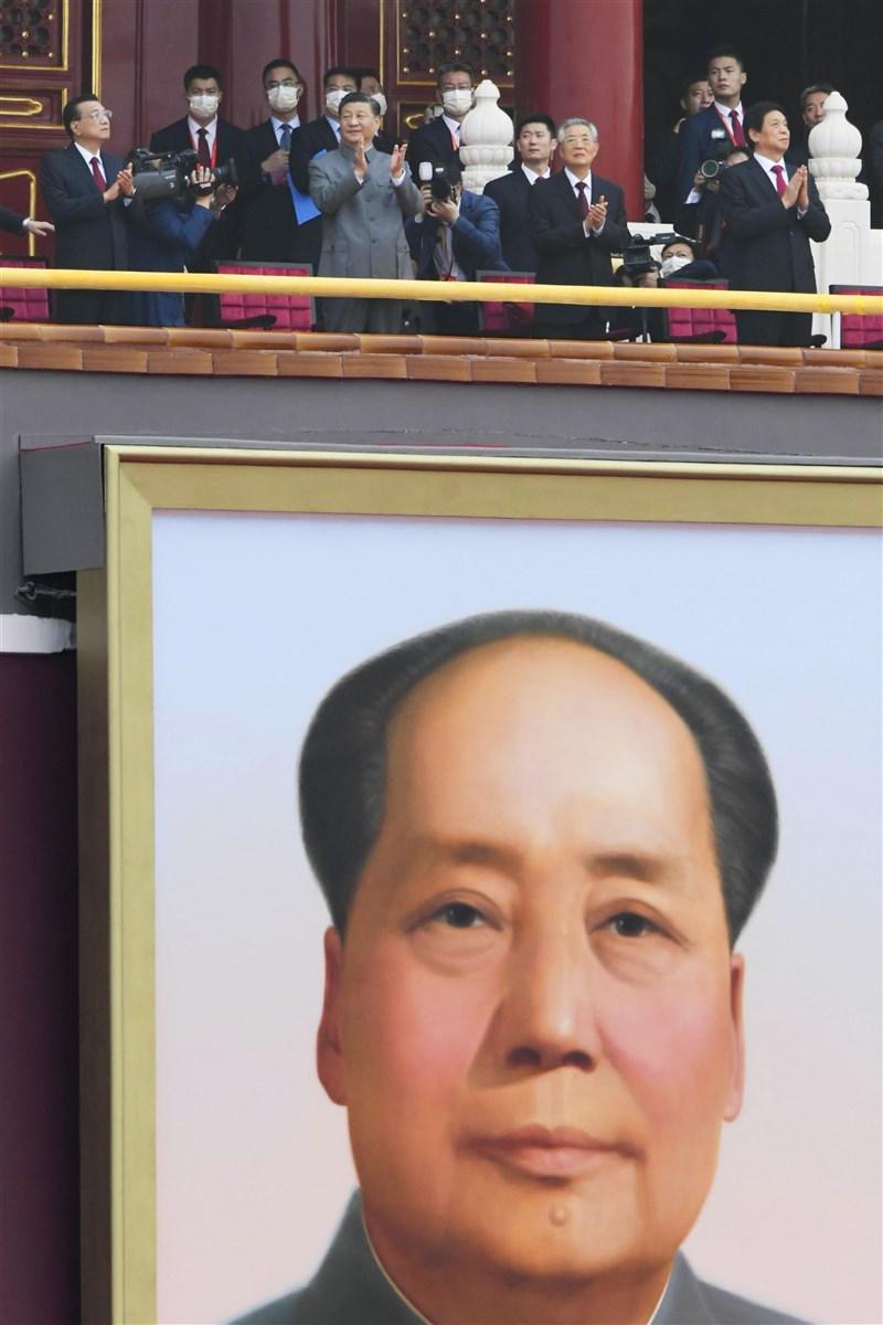 中共1日在北京天安門廣場舉行建黨百年慶祝活動,除中共總書記習近平(前排左2)、中國國務院總理李克強(前排左)等現任政治局常委外,前任領導人胡錦濤 (前排左3)也出席慶祝活動。(共同社)