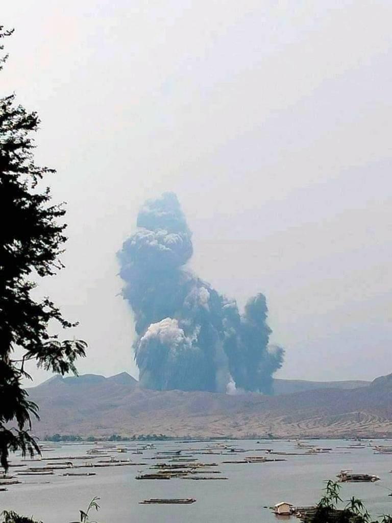 菲律賓火山暨地震研究所1日通報,塔爾火山主火山口一度噴發1公里高的蒸氣岩漿羽流,接下來幾天到幾週內可能爆發。圖為1日蒸氣岩漿噴發景象。(菲律賓社福團體GEMS Heart提供)中央社記者陳妍君馬尼拉傳真 110年7月1日