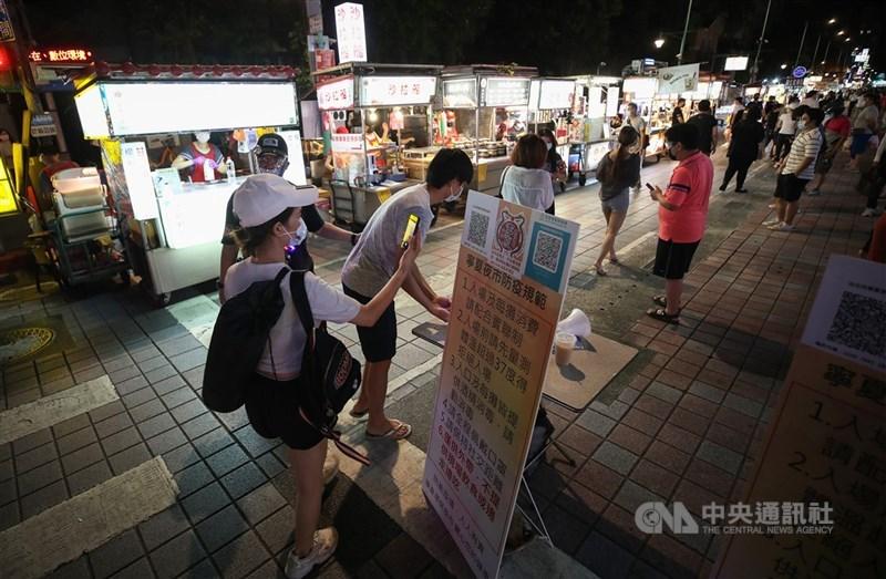 台灣疫情下降,12日可望「微解封」,並搭配夜市餐廳梅花座、員工健康監控等防疫措施。圖為民眾1日晚間前往台北寧夏夜市逛街消費。中央社記者張新偉攝 110年7月1日