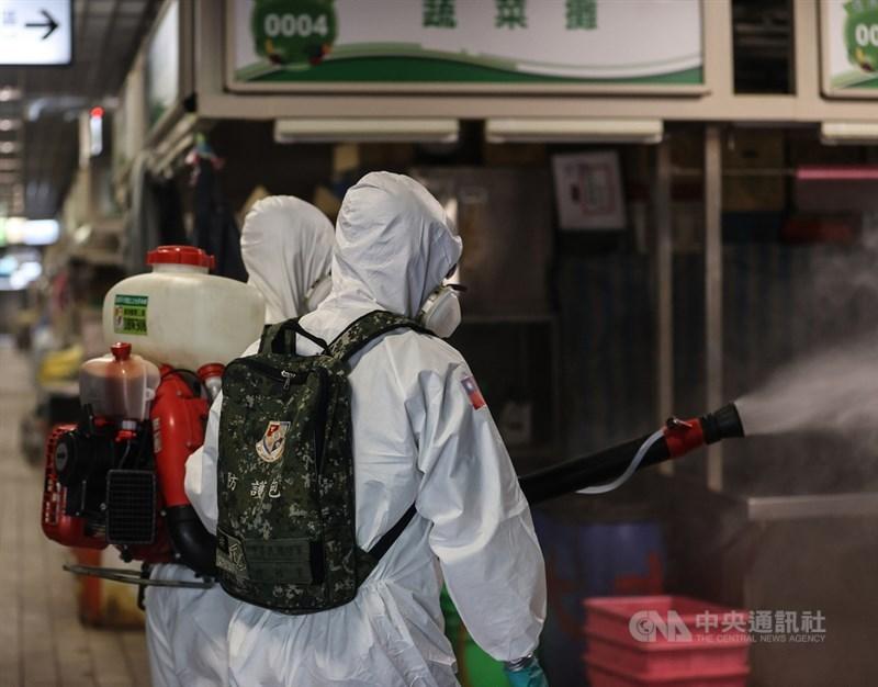台北市環南市場41人確診武漢肺炎,指揮中心初步掌握多數個案都無症狀,但其中29人Ct值低於30,代表病毒量偏高,傳染力也較強。圖為國軍化學兵出動進入環南市場消毒。中央社記者鄭清元攝 110年7月2日