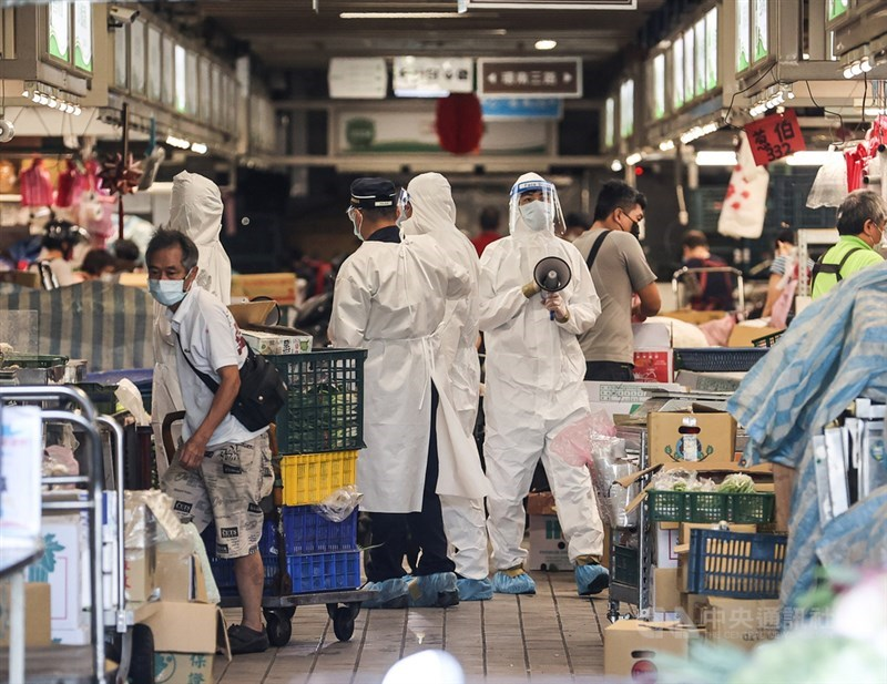 台北市環南市場經篩檢後,發現有41名攤商PCR陽性,已通知攤商並送至防疫旅館隔離,也要求休市至7月5日,攤商2日上午在市府相關人員指引下陸續離開市場。中央社記者鄭清元攝 110年7月2日