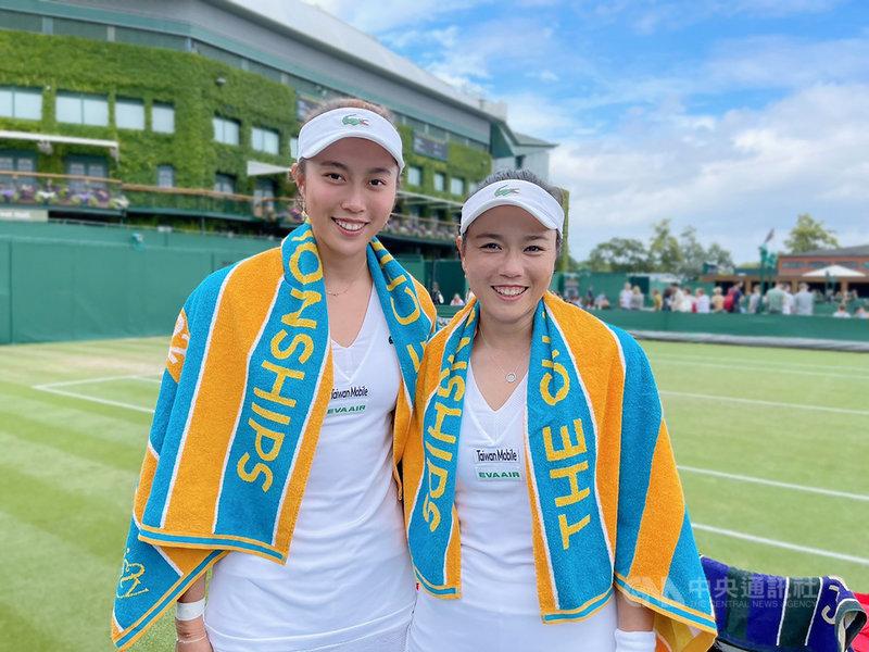 台灣網壇雙打姊妹花詹詠然(右)、詹皓晴(左)3日在溫布頓網球錦標賽女雙次輪以直落二橫掃對手,輕鬆挺進16強。(劉雪貞提供)中央社記者龍柏安傳真  110年7月3日