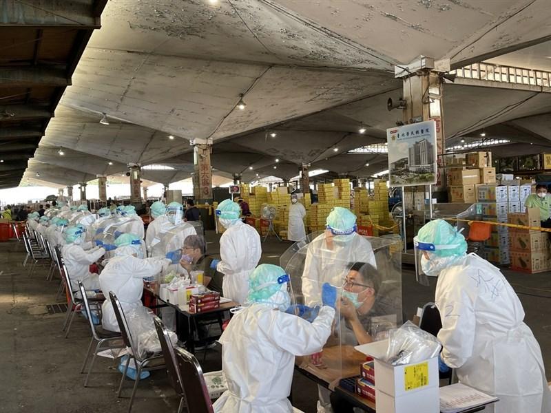 台北榮民總醫院團隊3日上午6時起在北農第一果菜批發市場、分10線執行採檢任務,目標是在中午前篩檢超過2000人。(台北榮總提供) 中央社記者江慧珺傳真 110年7月3日