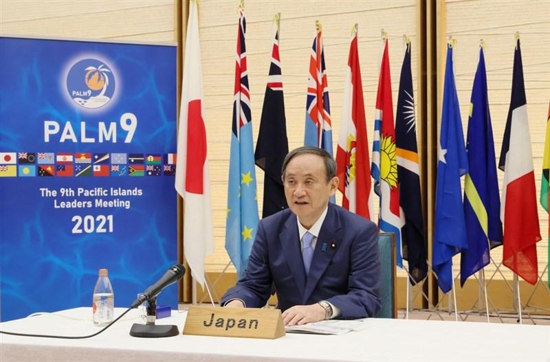 日本首相菅義偉2日在峰會中呼籲太平洋島國領袖團結對抗極權主義,與美國攜手抗衡中國的擴張行徑,並承諾提供300萬劑疫苗和經濟援助給區域國家。(圖取自twitter.com/MofaJapan_jp)