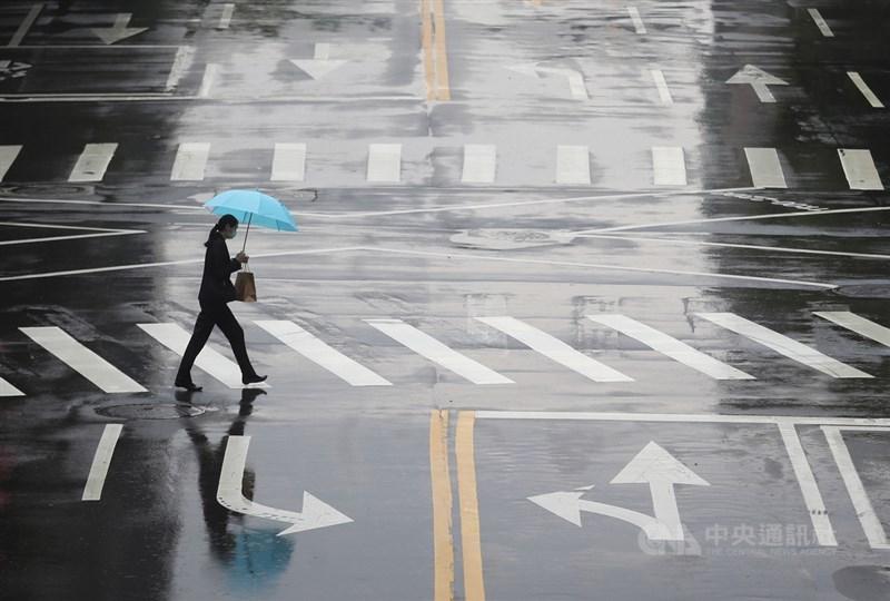 氣象局表示,預估28日起水氣增多,中南部降雨時間、強度會增加,31日水氣更盛,北部、東半部會有不定時降雨。(中央社檔案照片)