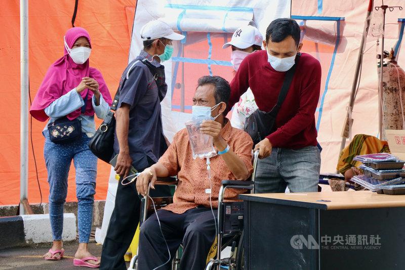 印尼疫情嚴峻,印尼流行病學專家布迪曼指出,因篩檢不足,疫情嚴重低估,這波疫情恐燒到7月底或8月中才到高峰。圖6月30日攝於勿加西縣立醫院。中央社記者石秀娟勿加西攝 110年7月3日