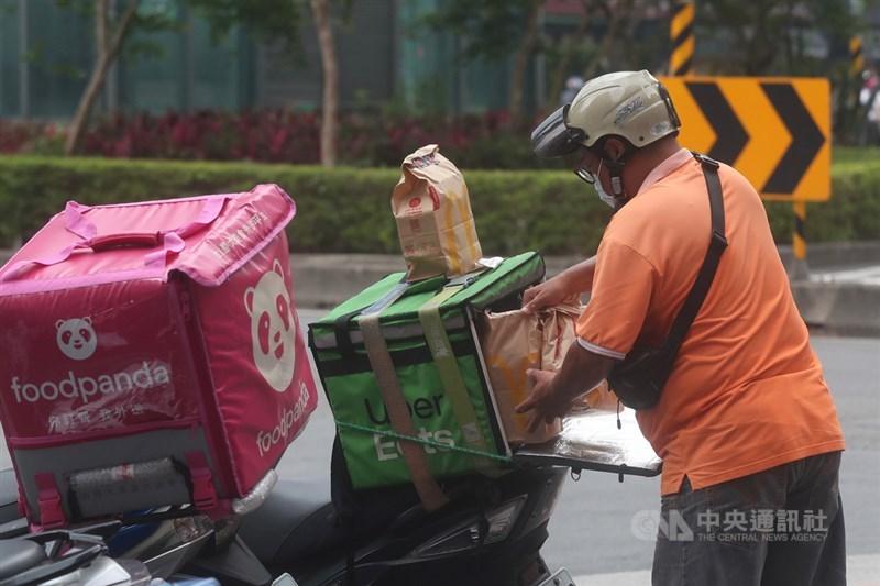 國內疫情嚴峻,防疫警戒提升至第三級,許多公司企業員工實施在家遠端工作,外送需求大增。圖為外送員接單送餐。中央社記者吳家昇攝 110年5月26日