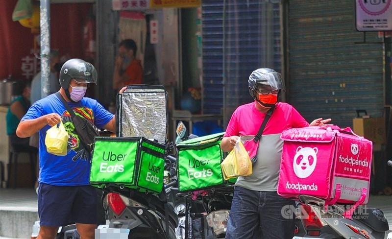 武漢肺炎(2019冠狀病毒疾病,COVID-19)本土疫情升溫,民眾減少外出,外送員22日在台北街頭忙著送餐。中央社記者謝佳璋攝 110年5月22日