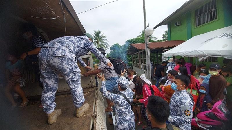 菲律賓塔爾火山持續蠢蠢欲動,警戒層級維持3級。火山所在的八打雁省撤離至少2429名居民,但地方反映收容空間和食物不足,無法疏散全部居民。(圖取自twitter.com/coastguardph)